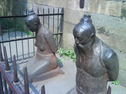 The kneeling statues of Qinhui and his wife
